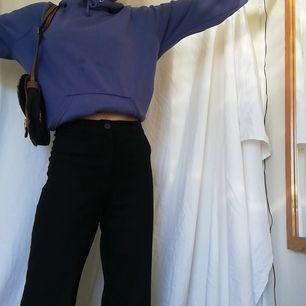 Cool ljuslila/blå hoodie! Passar nu till sommaren! Lite nopprig och en fläck (som lär gå bort i tvätten) därav det låga priset, annars i fint skick! Mjuk på insidan❤️💞💕💖