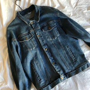 Jeansjacka i fint skick, storlek XL & passar utmärkt som en oversizes jacka ifall man har mindre storlek 🥰🥰 Kontakta mig gärna vid frågor! 95 kronor frakt (spårbart paket)