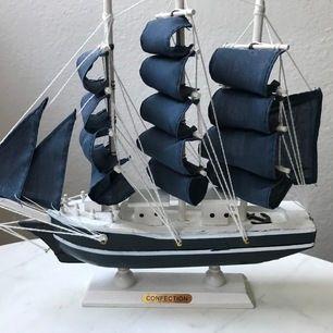 Fin fartygsmodell av trä för dekoration i hemmet, rent i bra skick knappt använt.