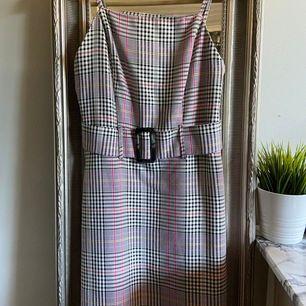 Säljer denna söta klänning som tyvärr inte har kommit till användning. Den är i väldigt bra skick och är verkligen jättesöt på😍