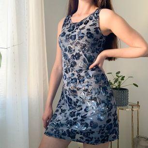 Denna söta klänning är köpt på secondhand, blommorna är i sammet, övriga tyget är aningen genomskinligt.