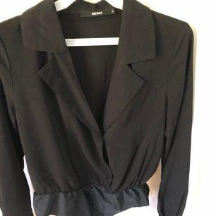 En jättesnygg body i storlek s. Sitter perfekt och är string och kantlös nederdel vilket är perfekt under ett par tunnare byxor.