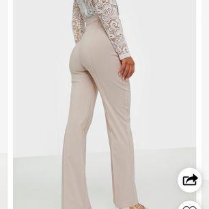 Säljer dessa byxor från nelly, storlek xs säljes pga för långa är 160 cm lång så passar de som är långre. Skit snygga sitter som en smäck. Frakt ingår i priset