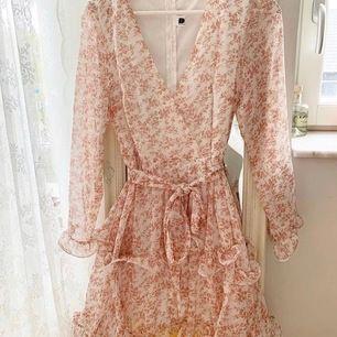 Säljer nu min fina klänning då den inte kommer till användning. Skicka privat för mer information🌸 (frakt inkluderad i priset)