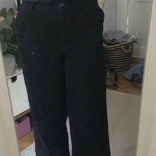 Säljer ett par mörkblåa manschester byxor från monki