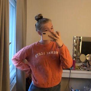 lite oversized college sweatshirt som är skit mysig nu till sommarkvällarna🌺 frakt tillkommer✨