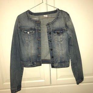 Jeansjacka i stl S från Vero Moda. Kan fixa bättre bilder. Fraktpris tillkommer.