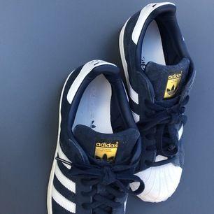 Helt oanvändna marinblåa/vita Adidas Superstar! Storlek 40,5. Möts upp i stockholm!