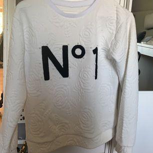 En vit långärmad tröja med rosor. Tröjan har också pärlor runt texten. Den är i strl M och har använts 3 gånger<3