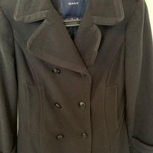 En helt ny Gant kappa, som aldrig har använts därför är skicket suveränt!  Nypriset ligger på 4300, men jag säljer denna kappa för 2200 (för snabb affär kan priset sänkas till 2000)   Storleken är S men kan säga att det passar de flesta som har XS