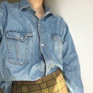 Skön jeansskjorta, kan användas som vårjacka👣👣 Vet inte stl men tror S/M  Möter helst upp! (I Sthlm)