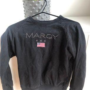 Säljer min marqy tröja väldigt fint skick, lagom tunn och skön till sommar kvällarna!