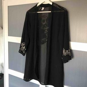 Kimono från h&m, inte speciellt mycket använd men trycket på armarna har dock lossnat lite efter tvätten. Köpare står för frakten🚚💕 kan även mötas upp i Karlstad