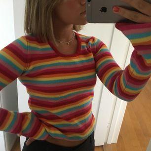 Färgglad tröja med små trumpetärmar, sjukt snygg och speciell🌟🌟
