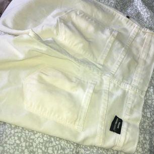 Säljer dessa tighta jeansen från drdenim i modellen plenty. Har dessa i blått också i storlek XS som jag säljer. De kostar 200kr dock då de är helt nya. Kolla längre ner i flödet för att hitta de.