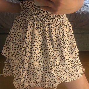 Mönstrad kjol från Only. Använd ett fåtal gånger. Fraktpris tillkommer. Ingen retur möjlig, betalning via Swish. Pågrund av hög efterfrågan BUDA!!