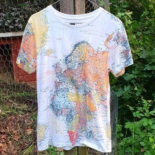 T-shirt med en världskarta från Dedicated! Originalpris var 350 kr. Bröstlängd 42cm; Plagglängd 57cm; Passform: Lite stretchig, unisex