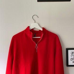 Röd, snygg blus🥰 Ej använd då jag också har en samma i blå✨ Frakt: 44kr