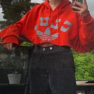 Avklippt adidas hoodie, sjukt snygg, strl M, 70 kr, skriv i dm vid intresse, betalning via swish och möts i sthlm ❤️