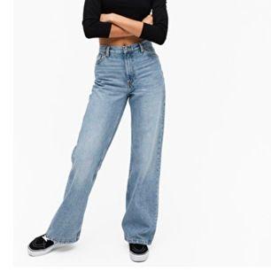 Säljer dessa snygga jeans från monki i modellen Yoko då jag beställde de i en förstor stl! Helt nya, frakt ingår i priset💓✨
