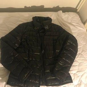 En jättefin svart jacka som passar bra till regn ☔️. Säljs bara i Helsingborg.