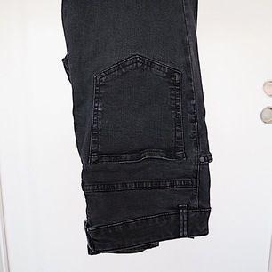 High-waisted, snygga svarta jeans med hål på knäna. Fråga om det är något 💕