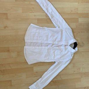 Vit skjorta från lager 157 strl S. Knappt använd så mycket fint skick. Kan fraktas om köparen står för frakten. Hund finns i hemmet!
