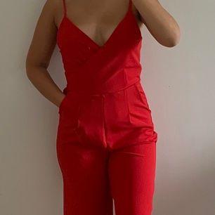 Röd jumpsuit ifrån bikbok. Burits 1 gång tidigare. Väldigt skönt och fint material. ❤️❤️ frakt 25kr