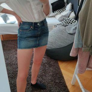 Nästan oanvänd kjol från Levis, den är lågmidjad och ganska kort. Storlek är oklar men skulle säga s/xs. Frakt betalas av köparen.