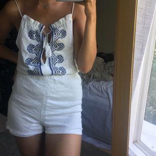 Jättefin jumpsuit från Missguided med vackert mönster🦋 är tyvärr lite liten för mig. Vid fler bilder eller frågor, skriv gärna privat 🌿köpare står för frakt