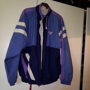 Jättecool vintage träningsjacka i blått och lila, står ingen storlek men typ L