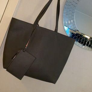 Jätte fin grå väska från Åhlens i super fint skick.