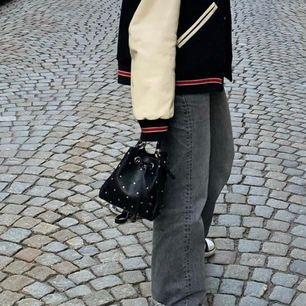 Säljer denna oanvända väska från zara, slutsåld. Köparen står för frakten, möts även upp.