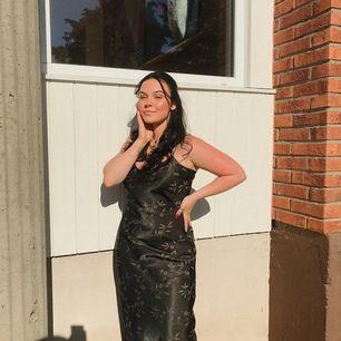 Finaste silkes klänningen från vero moda som endast är använd en gång på min bal i 9an. Jag är 158cm lång och har klackar på bilden, ändå är klänningen 1-2cm för lång. Skulle gissa att längden är perfekt för någon som är 163-166cm lång❤️
