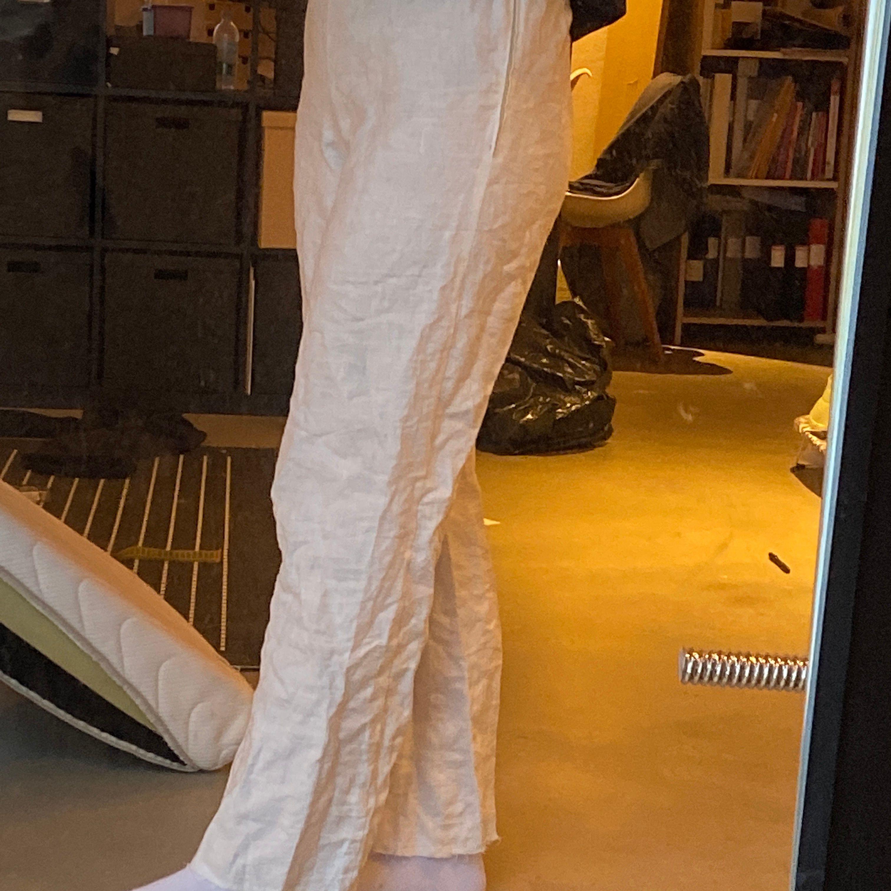 Vita linnebyxor som jag sytt själv✌🏻 gjorda efter egna nått så storlek s/m💛 LÄGRE BUD GÅR VID SNABB AFFÄR🥰. Jeans & Byxor.