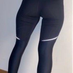 Svart/marinblå träningsbyxor från H&M och passar i nästan alla storlekar. Nypris 500, säljer de för 250