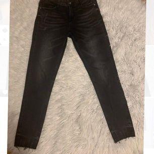 Skinny gråa jeans från zara, i väldigt bra skick i storlek 38