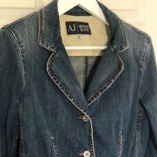 Armani jeans jeans jacka/kavaj 🙌VINTAGE🙌 007 serie 9 , 98% bomull 2 % elastane. Storlek 46 Italiensk, men motsvarar svensk 38  Mått: bröst 46 cm, midja 42 cm längd 53 cm, mått tagna på underlag ostretchat FRAKT SPÅRBART 63 KR Vadderad vid Axel:) figursydd