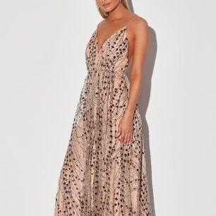 Helt ny och oanvänd magisk klänning som kan användas till bal, fest, bröllop eller liknande 🥂💫🌙 Beige / nude i färgen med glittriga detaljer 💛  Den är superfin, djup i ryggen och lång (jag är 1,78 och den är nästan ner till marken på mig). 🤩 Inkl. Frakt👍🏽