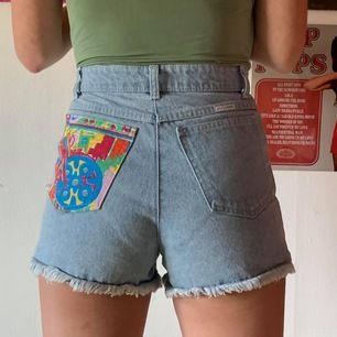 80-tals shorts i ljusdenim med coola patches på fickorna, både på baksidan och framsidan, från YoungCanada. Köpta secondhand men aldrig använda