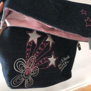 Superfin highschool musical väska! Den är lite sliten men fungerar perfekt! Superrinlig och i jeans material! Så fin! 160kr inkluderad frakt!( som annars kostar 63kr!)