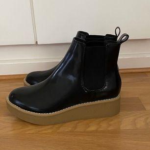 Superfina vattentäta skor från Monki! Är mycket tåliga för regn och dessutom stiliga. Helt oanvända (säljer då de är i fel storlek). Bara att höra av sig vid frågor och funderingar ❤️