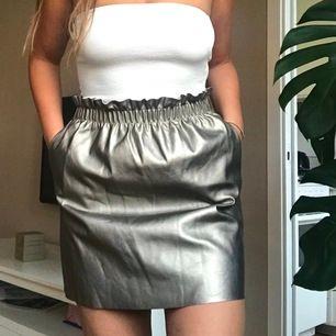 Denna kjolen är från Zara och är i perfekt skick. Verkligen jätteskön och enkel att klä upp eller ner. Med fickor på var sida.  Köparen står för frakt