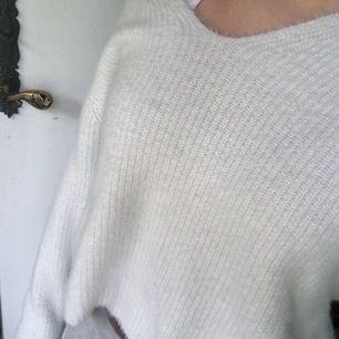 Super fin vit stickad, lite croppad tröja från Hm. Knappt använd max 3 gånger, superfint skick som ny! Den är lite croppad i längden skulle jag säga och även en bredare v-rigning även på baksidan. materialet är inte alls stickit och den är super skön.