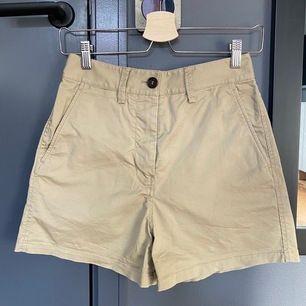 Beiga shorts från Arket i storlek 34. Knappt använda och köpta förra året. Midjan är 67cm själv är jag 163 och brukar ha s/xs. Köparen betalar frakten 😌