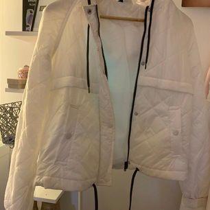 Sälger min tunna vita vår jacka från hm,perfekt när man bara vill ha en lite tunnare jacka använt två gånger men har lyckats spilla lite färg på den ska försöka ta bort det men sänker priset lite:) köparen står för frakten