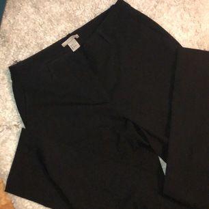 Snygga vanliga svarta kostymbyxor med raka ben. Så snygga verkligen och var en mina favorit kostymbyxor men de har blivit för små tyvärr.