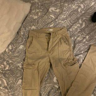 Super stretchiga byxor i tunnare material från Gina tricot i storlek 34, dom är ljusare i verkligheten, ljus beige, super snygga på men alldeles för små för mig. Frakt 39kr