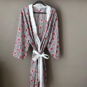 Morgonrocks kimono från Twilfit. Storlek M-L. I fint skick. Använd bara en månad. Kan mötas upp i Linköping eller frakt tillkommer
