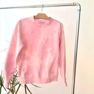 Rosa tiedye sweatshirt med texten 'hakuna matata' broderad på bröstet. Kan mötas upp i Linköping annars betalar köparen för frakten.